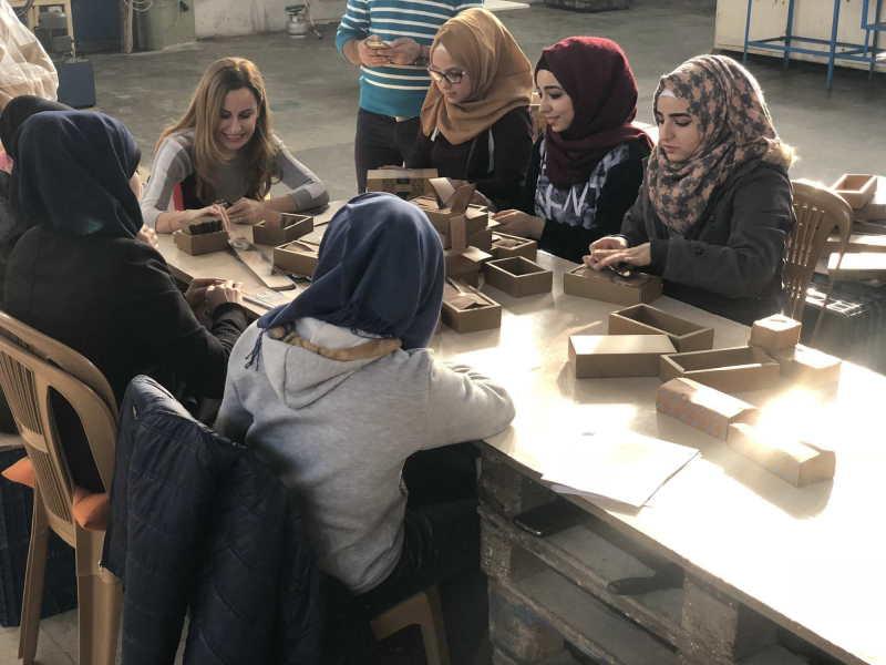 Refugiadas sirias fabricando jabon de Alepo